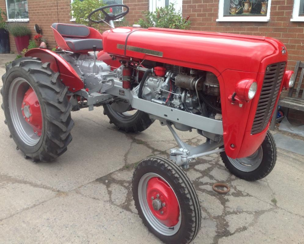 1958 MASSEY FERGUSON 821 2cylinder 2stroke diesel TRACTOR Reg. No. 292 UYM  Serial No. N527010 Stated to be in very good conidtion, runs and starts  well and fitted with 3 point linkage